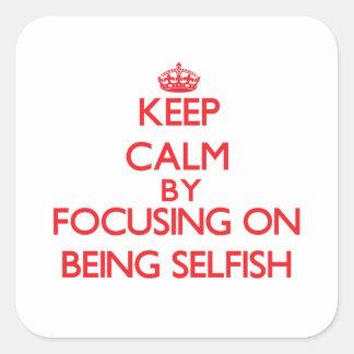 Guarde la calma centrándose en ser egoísta calcomanía cuadrada