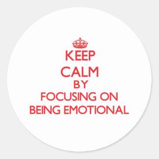 Guarde la calma centrándose en SER EMOCIONAL Etiqueta Redonda