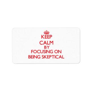 Guarde la calma centrándose en ser escéptico etiqueta de dirección