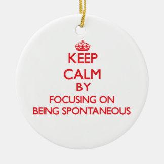 Guarde la calma centrándose en ser espontáneo ornamentos de reyes