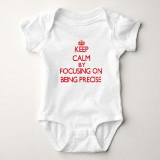 Guarde la calma centrándose en ser exacto mameluco de bebé