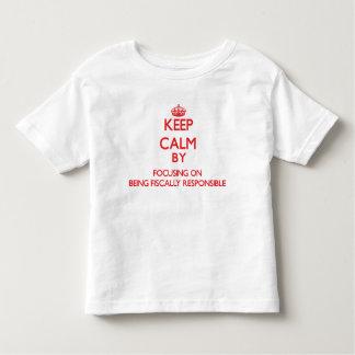 Guarde la calma centrándose en ser fiscal tee shirt