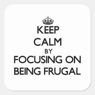 Guarde la calma centrándose en ser frugal pegatina cuadradas personalizadas