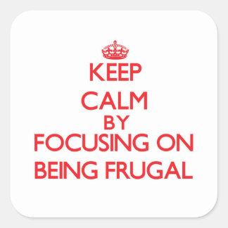 Guarde la calma centrándose en ser frugal etiqueta