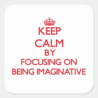 Guarde la calma centrándose en ser imaginativo pegatina cuadrada