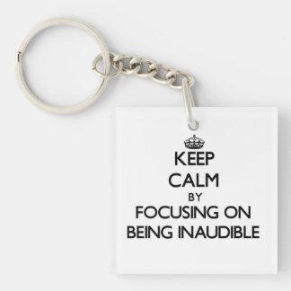 Guarde la calma centrándose en ser inaudible llavero