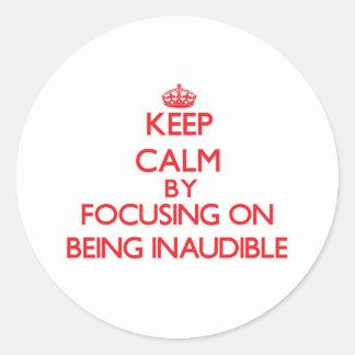 Guarde la calma centrándose en ser inaudible etiquetas redondas