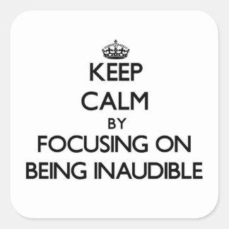Guarde la calma centrándose en ser inaudible calcomanía cuadrada