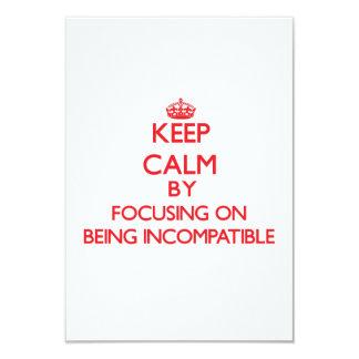 """Guarde la calma centrándose en ser incompatible invitación 3.5"""" x 5"""""""