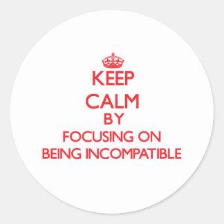 Guarde la calma centrándose en ser incompatible pegatinas redondas