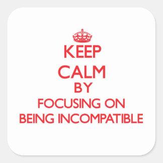 Guarde la calma centrándose en ser incompatible calcomanía cuadrada personalizada