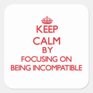 Guarde la calma centrándose en ser incompatible calcomania cuadradas