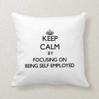 Guarde la calma centrándose en ser independiente almohada