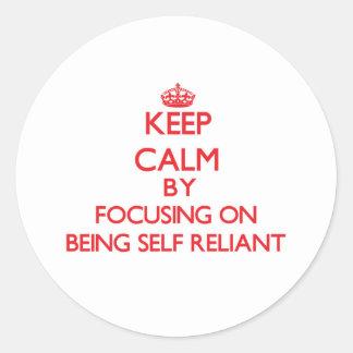Guarde la calma centrándose en ser independiente pegatina redonda