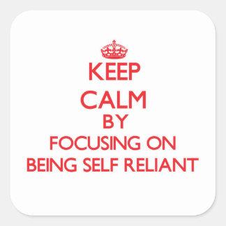 Guarde la calma centrándose en ser independiente calcomania cuadradas personalizada