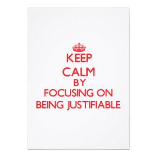 Guarde la calma centrándose en ser justificable invitación 12,7 x 17,8 cm