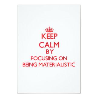 """Guarde la calma centrándose en ser materialista invitación 5"""" x 7"""""""