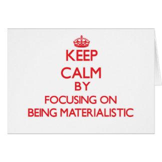 Guarde la calma centrándose en ser materialista tarjeta de felicitación