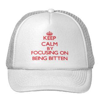 Guarde la calma centrándose en ser mordido gorra
