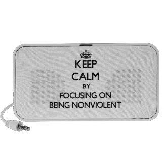 Guarde la calma centrándose en ser no violento laptop altavoz