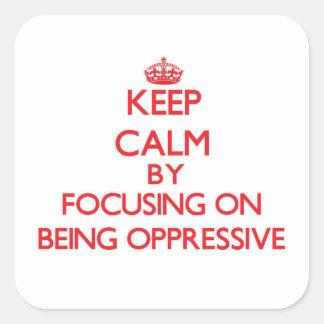Guarde la calma centrándose en ser opresivo colcomanias cuadradass