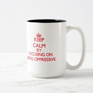 Guarde la calma centrándose en ser opresivo taza dos tonos