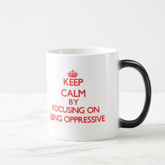 Guarde la calma centrándose en ser opresivo taza mágica