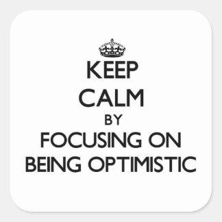 Guarde la calma centrándose en ser optimista pegatina cuadrada
