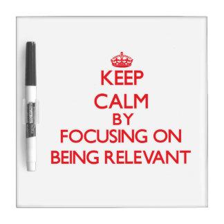 Guarde la calma centrándose en ser relevante pizarra