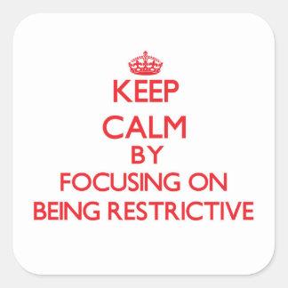 Guarde la calma centrándose en ser restrictivo calcomanias cuadradas