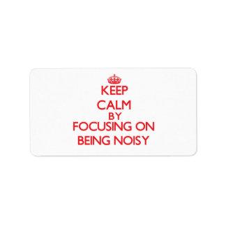 Guarde la calma centrándose en ser ruidoso etiqueta de dirección