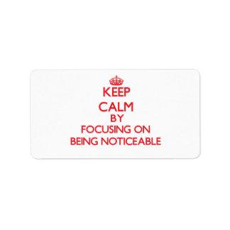 Guarde la calma centrándose en ser sensible etiquetas de dirección