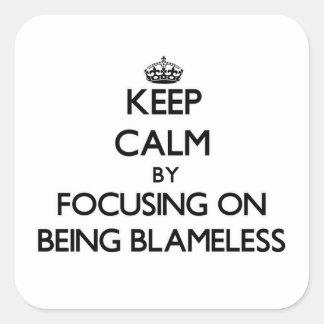 Guarde la calma centrándose en ser sin culpa calcomanías cuadradass