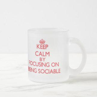 Guarde la calma centrándose en ser sociable tazas