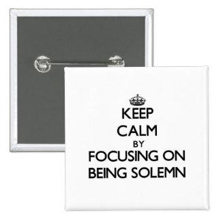 Guarde la calma centrándose en ser solemne