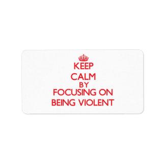 Guarde la calma centrándose en ser violento etiqueta de dirección