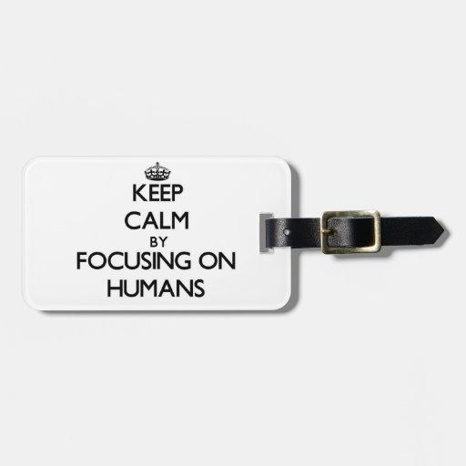 Guarde la calma centrándose en seres humanos etiqueta para equipaje