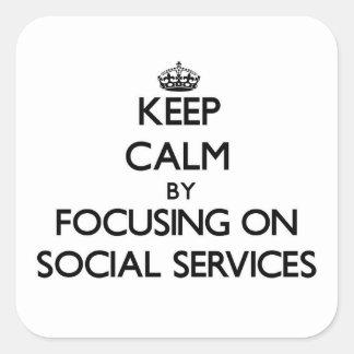 Guarde la calma centrándose en servicios sociales pegatina cuadrada