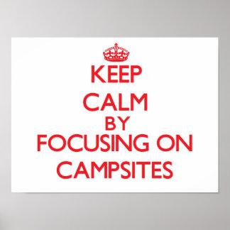 Guarde la calma centrándose en sitios para acampar poster