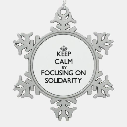Guarde la calma centrándose en solidaridad adornos