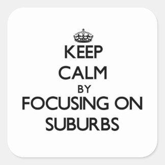 Guarde la calma centrándose en suburbios calcomanias cuadradas