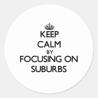 Guarde la calma centrándose en suburbios pegatinas redondas