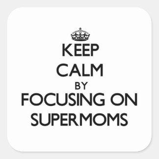 Guarde la calma centrándose en Supermoms Calcomanías Cuadradass Personalizadas