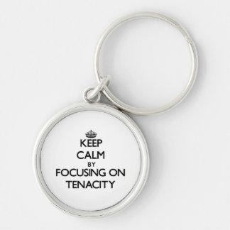 Guarde la calma centrándose en tenacidad llaveros personalizados