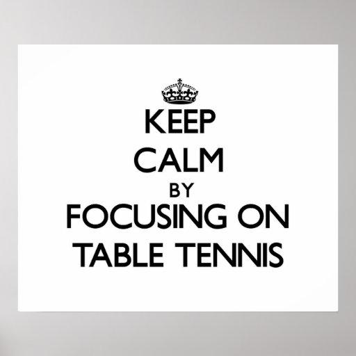Guarde la calma centrándose en tenis de mesa posters