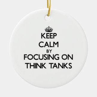 Guarde la calma centrándose en Think - los tanques Adorno Redondo De Cerámica