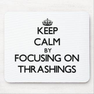 Guarde la calma centrándose en Thrashings Alfombrillas De Ratón