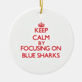 Guarde la calma centrándose en tiburones azules ornamento de navidad