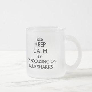 Guarde la calma centrándose en tiburones azules tazas de café