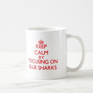 Guarde la calma centrándose en tiburones azules tazas